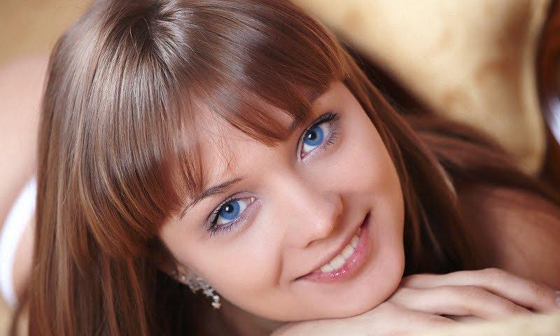 Русые волосы и голубые глаза: правильный макияж