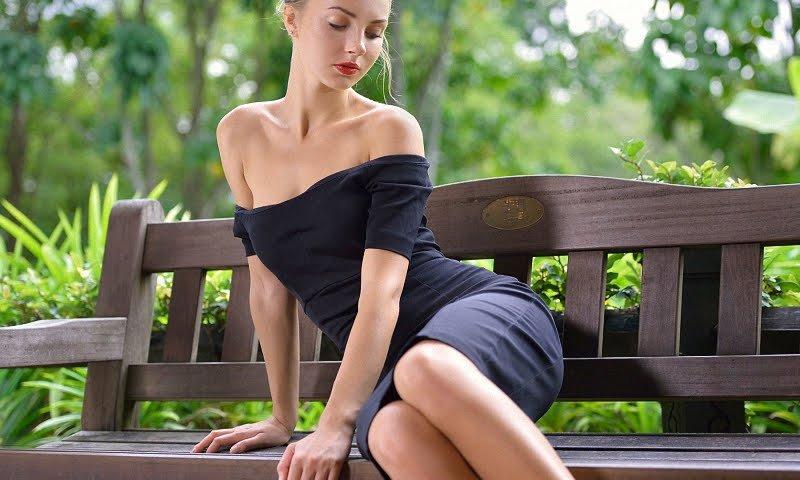 стройная девушка в платье