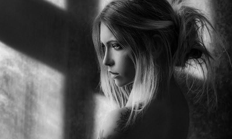 Одинокая девушка фото, картинки, у окна