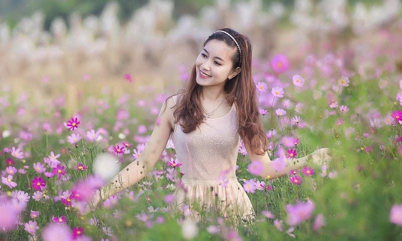 Добрая девушка. Девушка. Поле. Цветы.