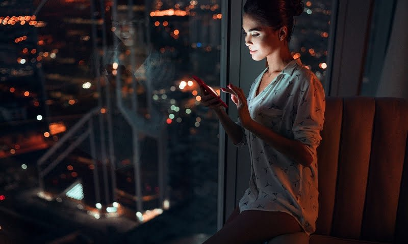 Девушка. Ночь. Ночной город. Городские огни.