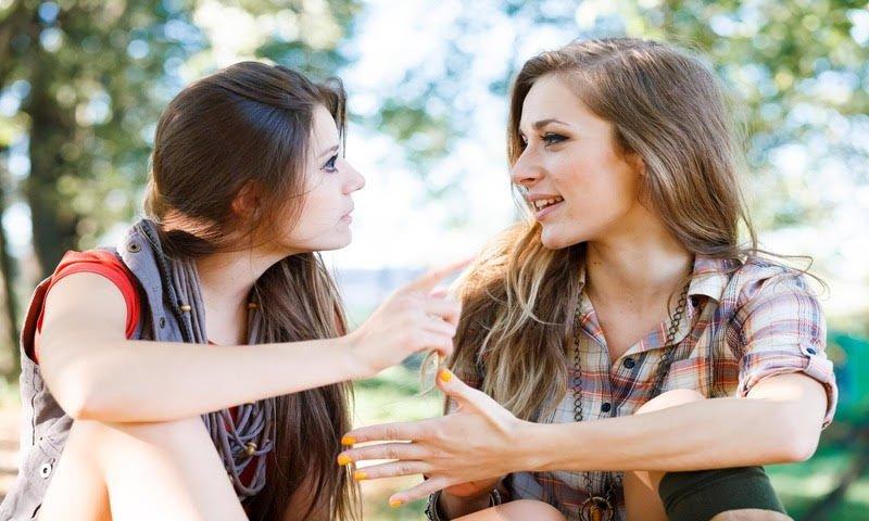 Две подружки болтают. Как научиться слушать людей?