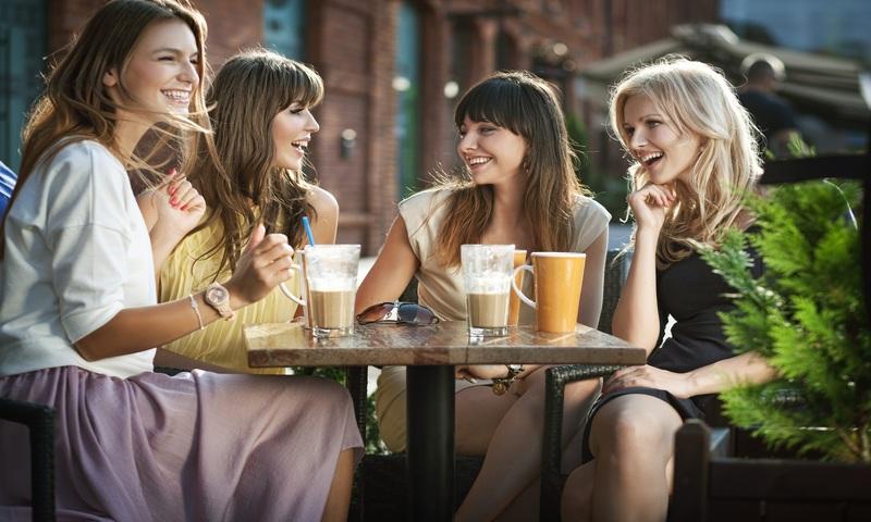 Девушки в кафе разговаривают