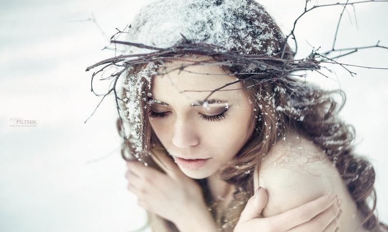 Девушка мёрзнет. Девушка зимой мёрзнет на улице без одежды.