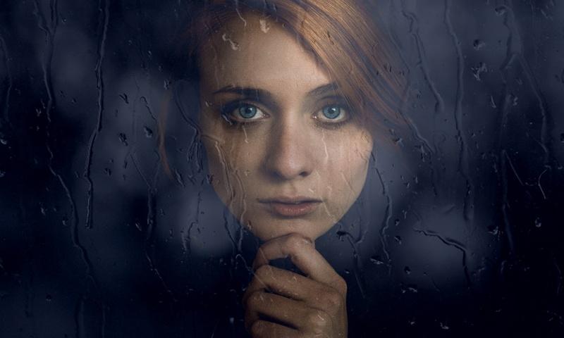 Грустная женщина, капли дождя