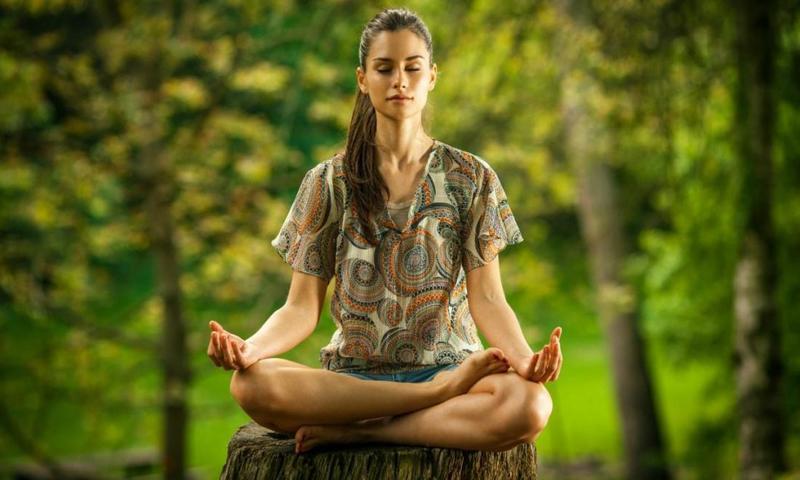 Девушка медитирует. Медитация.