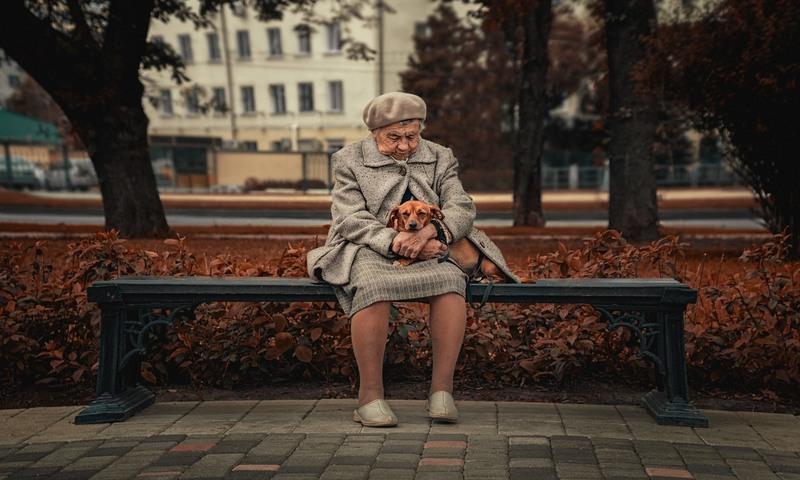 Одинокая старушка на улице скамейке
