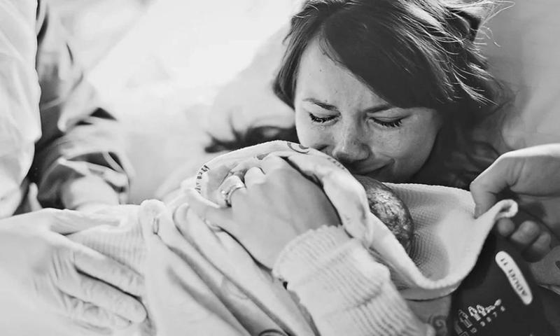 Женщина с ребенком плачет